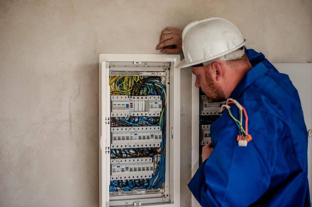 נתקעתם בלי חשמל אנחנו לשירותכם